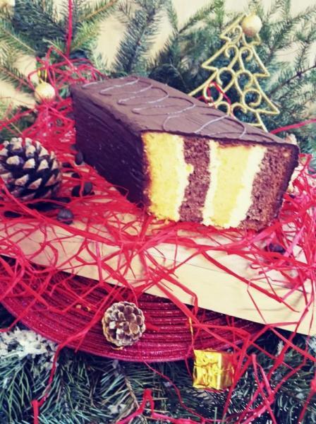 kawałek ciasta z czekoladową polewą